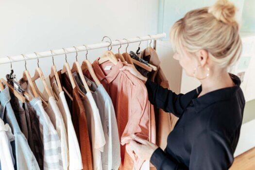 KISURA kleidet Frauen ein