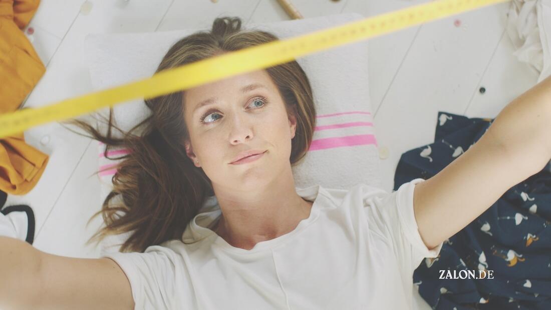 Im Bild ist eine Frau, die ein Maßband hält zu sehen. Das Material stammt von Zalon.de. Ein weiterer Anbieter von Stilberatung für Frauen ist KISURA